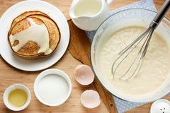 Förberedda pannkakor för frukostingredienser för framställning av pannkakor Royaltyfria Bilder