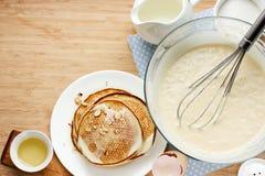 Förberedda pannkakor för frukostingredienser för framställning av pannkakor Fotografering för Bildbyråer