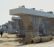 Förberedda pelare för konstruktion av den järnväg linjen över bron på Gurugram Najafgarh vägDelhi NCR Indien 7 December 2017 med  Arkivbilder