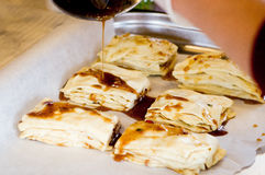 Förberedelse av baklava, kakor, bakelser med honung Royaltyfria Bilder