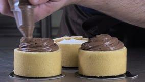 Förberedelse av en citronchokladchalotte stock video