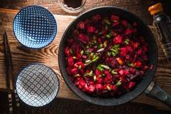 Förberedelse av en maträtt enligt det kinesiska receptet från grönsaker Arkivfoton