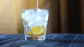 Förberedelse av en portion av lemonad eller coctailen stock video