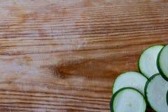 Förberedelse av färgrika grönsakzucchinier på skärbräda fotografering för bildbyråer