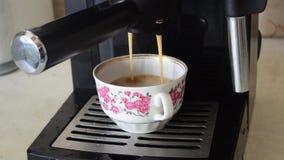 Förberedelse av kaffe med hjälp av kaffeapparaten arkivfilmer
