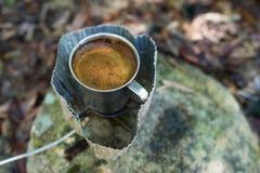 Förberedelse av kaffe utomhus Arkivfoto