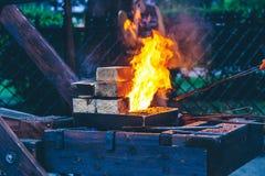 Förberedelse av kebaben på gatan Arkivfoto