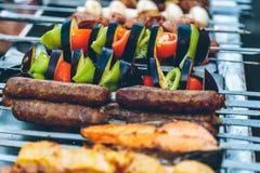 Förberedelse av kebaben på gatan Royaltyfria Bilder
