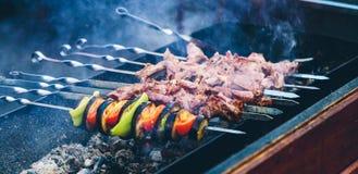 Förberedelse av kebaben på gatan Arkivbild