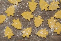 Förberedelse av ljust rödbrun kex Klipp figurerade kakor i form av julgranen fotografering för bildbyråer