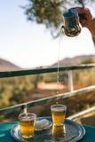 Förberedelse av mintkaramellte, marockansk stil Arkivbild