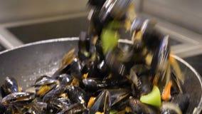 Förberedelse av musslor Kocken lagar mat musslor med vitt vin långsam rörelse arkivfilmer