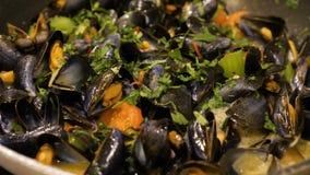 Förberedelse av musslor Kocken lagar mat musslor med vitt vin långsam rörelse lager videofilmer