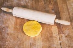 Förberedelse av ny pasta med kavlen arkivbilder