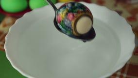 Förberedelse av påskägg, festmåltiden av påskhögtiden lager videofilmer