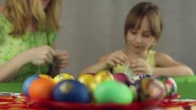 Förberedelse av påskägg, festmåltiden av påskhögtiden arkivfilmer