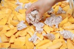 Förberedelse av rå potatisar med kött Arkivfoto