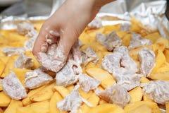 Förberedelse av rå potatisar med kött Royaltyfri Bild