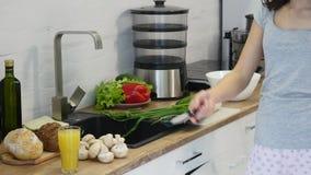 Förberedelse av sallader sunda kökgrönsaker Matlagningmatställe lager videofilmer