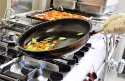 Förberedelse av skivade grönsaker i en panna Royaltyfri Fotografi