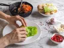 Förberedelse av välfylld kål med kött traditionell europeisk kokkonst royaltyfria foton