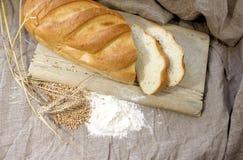 Förberedelse av vitt bröd royaltyfri bild