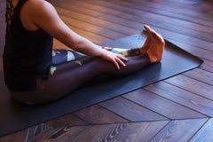 Förberedelse för övningen av yoga som gör dandasana Personalpos. royaltyfri foto