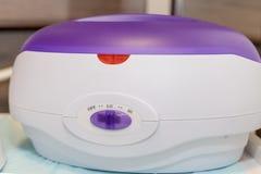 förberedelse för att sockra värma upp stick cosmetologymittbegrepp Varmt vax i den vita bunken för hårborttagning Spa salong fotografering för bildbyråer
