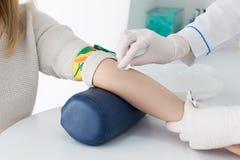 Förberedelse för blodprov Arkivfoto