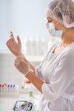 Förberedelse för blodprovtagningen i klinik arkivfoton