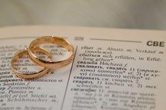Förberedelse för guld- cirklar för ett bröllop Arkivfoto
