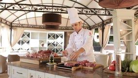 Förberedelse för matlagning Ny nötköttbiff med rosmarin lager videofilmer