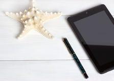 Förberedelse för resande begrepp, solglasögon, blyertspenna, anteckningsbok, på tappningträbakgrund Arkivfoto