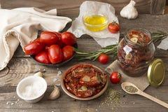 Förberedelse torkade tomater Arkivfoto