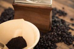 Förberedelsedroppandekaffe (filtrerad bilden bearbetad tappning) arkivbild