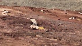 Förberedelsen av en explosion i villebrådet, arbetare förbereder laddningar, järnminen som spränger i järnmalmvillebråd arkivfilmer