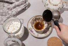 Förberedelsen av kaffe med mjölkar och marshmallowen royaltyfri fotografi