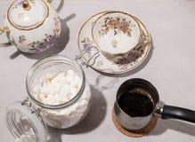 Förberedelsen av kaffe med mjölkar och marshmallowen royaltyfria bilder