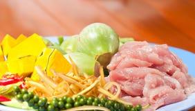 Förberedelsen av matPork hugger av och kryddor Arkivfoton