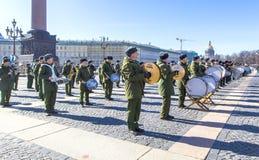 Förberedelsen för militär seger ståtar seger i världskrig II spenderas varje år på Maj 9 på slottfyrkant i St Petersburg, Fotografering för Bildbyråer