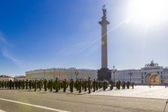 Förberedelsen för militär seger ståtar seger i världskrig II spenderas varje år på Maj 9 på slottfyrkant i St Petersburg, Arkivfoto