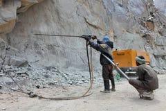 Förberedelsen för sprängmedel arbetar på konstruktion av den Srinagar —Leh vägen Royaltyfri Foto