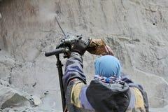 Förberedelsen för sprängmedel arbetar på konstruktion av den Srinagar —Leh vägen Royaltyfria Bilder