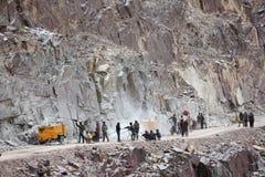 Förberedelsen för sprängmedel arbetar på konstruktion av den Srinagar —Leh vägen Arkivbild