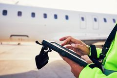 Förberedelser av passagerareflygplanet på flygplatsen arkivbilder