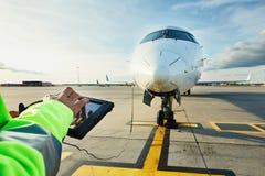 Förberedelser av passagerareflygplanet på flygplatsen royaltyfri bild