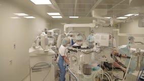 Förberedelser på operationrummet stock video