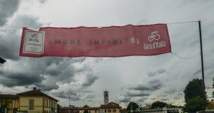 Förberedelser under väg i Abbiategrasso att välkomna cyklister som konkurrerar i `en 2018 för Postgirot D Italia På Maj 24th etap royaltyfria foton