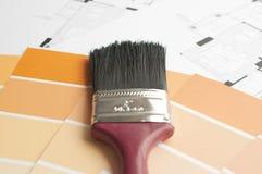 Förbereder den arkitektoniska målarfärgfärgen för nytt hem arkivfoto