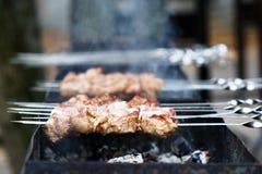 förbereder saftig meat för brand såsskivor Fotografering för Bildbyråer